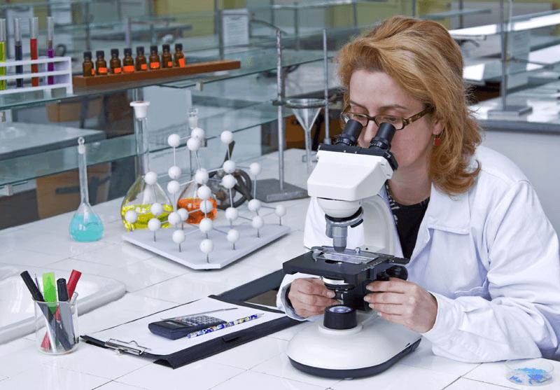 Изучение мазков под микроскопом - важный способ диагностики